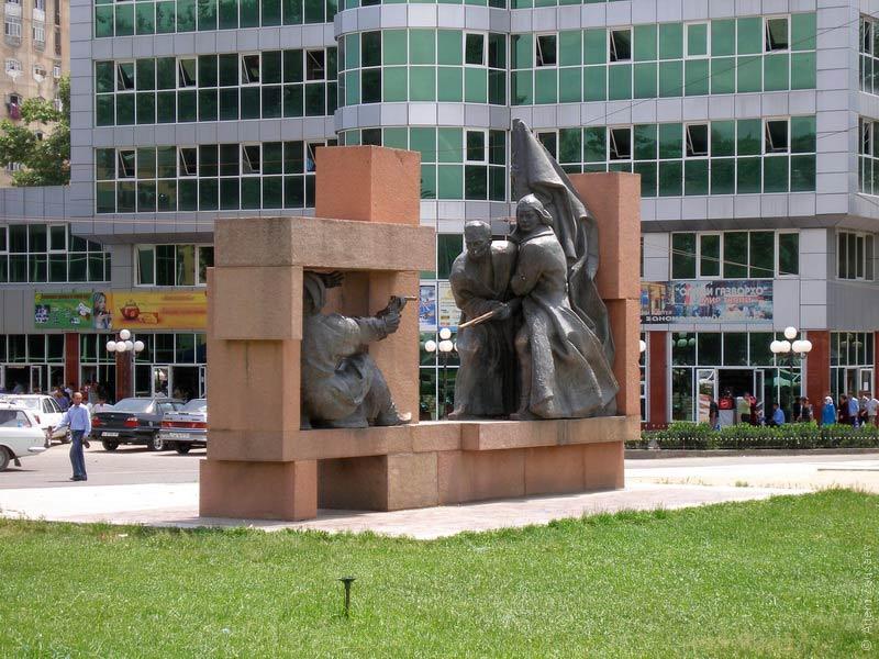 статуя в душанбе